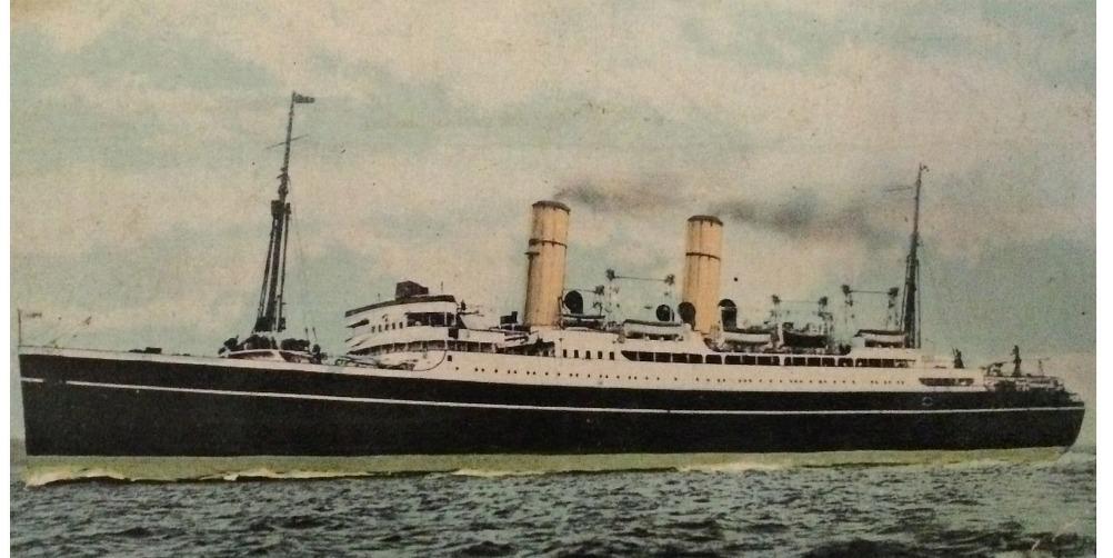 """Med detta fartyg for Erland och Anni från """"Liverpål till Kvebeck"""". Fartyget hette Montcalm och det var ett lyxigt fartyg. Erland skickade hem flera fotografier av fartyget åt dottern Aina."""