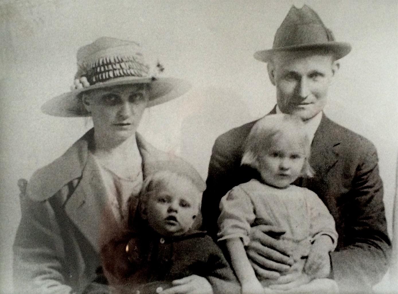 Detta foto är taget i Amerika år 1920 och dottern Ellen och sonen Eskil vet knappast om att de snart skall flytta till Finland.