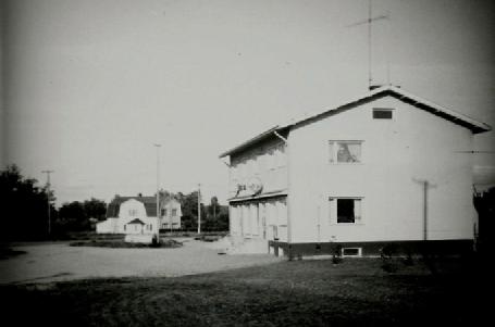 På detta foto med Handlin och Sparbanken syns Anderssons hus i bakgrunden. Foto: Birger Sonntag.