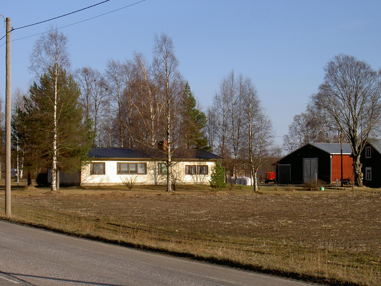År 2003 såg huset ut här som Börje och Margit Ragnäs byggde år 1967, det har efter det renoverats grundligt av den nuvarande ägaren. Längst till höger syns lillstugan som Viktor Björklund byggde åt sin svärmor Maja-Lena någon gång på 1920-talet.