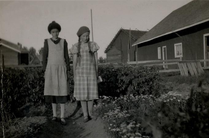 På fotot Emil och Huldas döttrar Hjördis och Gerda. Då Hulda dog år 1933 så stod Emil där ensam med sina döttrar. Kort därefter så blev Hjördis sjuk och hon dog 1937.