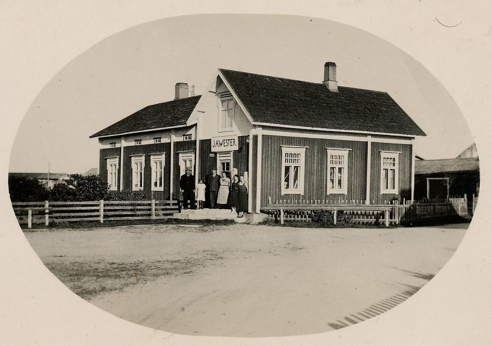 På fotot taget av Artur Lövholm ser vi att Westers lanthandel ser ut precis som på Rosengårds tid. På trappan står Johan August och Edit och flera andra personer. Det här var ju inte Westers enda butik, han hade också filialer i andra byar, bland annat hos Erland Hammarberg upp i Norrviken. En tid drev han också café i Kårk-Fransas gård nära Storbron.