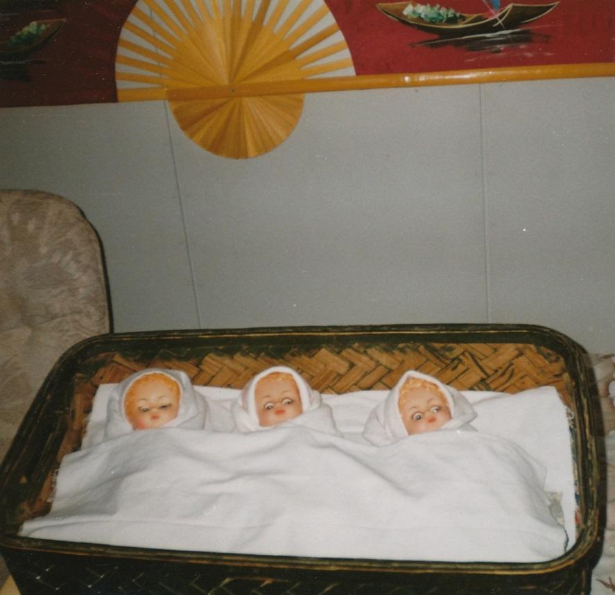 I den här gamla korgen ligger dockorna som föreställer trillingarna Blomkvist.
