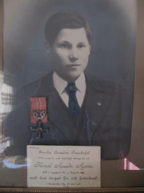 Anselm Agnäs, f. 1896 som stupade vid striderna i inbördeskriget i Tammerfors i mars 1918. Frans som just då vistades i Amerika måste nu återvända för att överta hemgården.