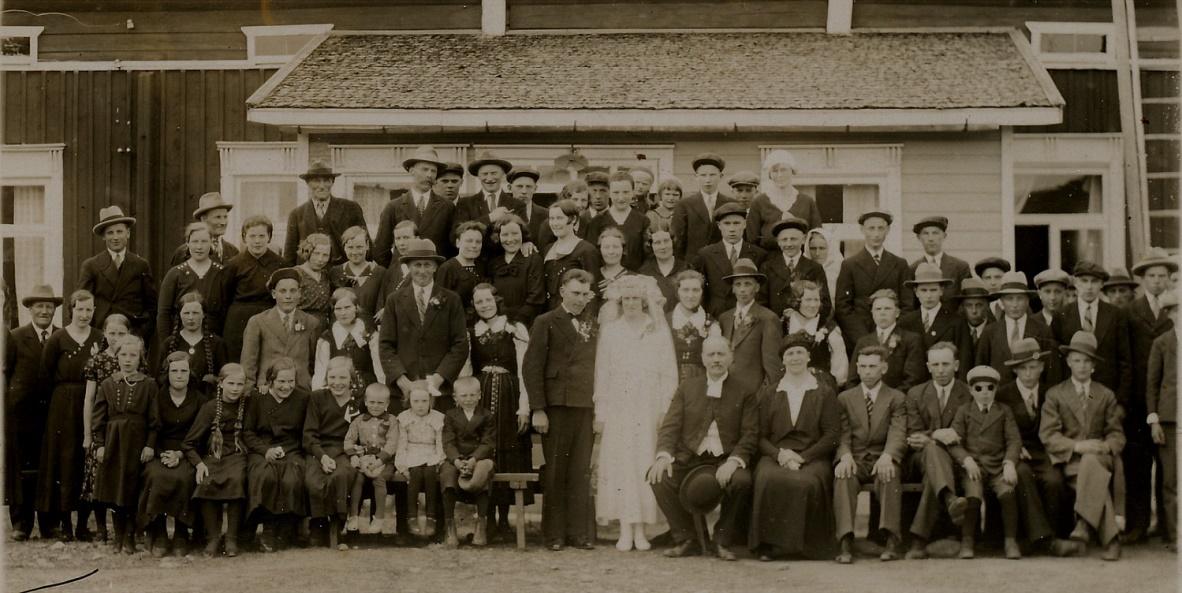 Här är bröllopsgästerna samlade framför Julias barndomshem på Sunnantillvägen.