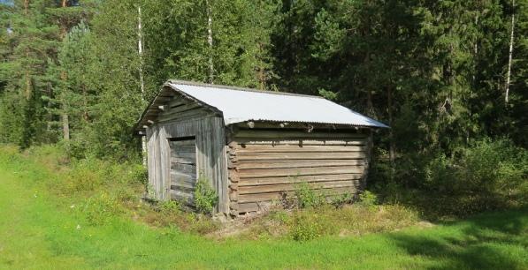 Den här över 100 år gamla ladan i skogsbrynet är det enda synliga som Klemes-Kalle har lämnat efter sig. Alltså förutom hans musik som ännu spelas av det lokala spelmanslaget på olika tillställningar.