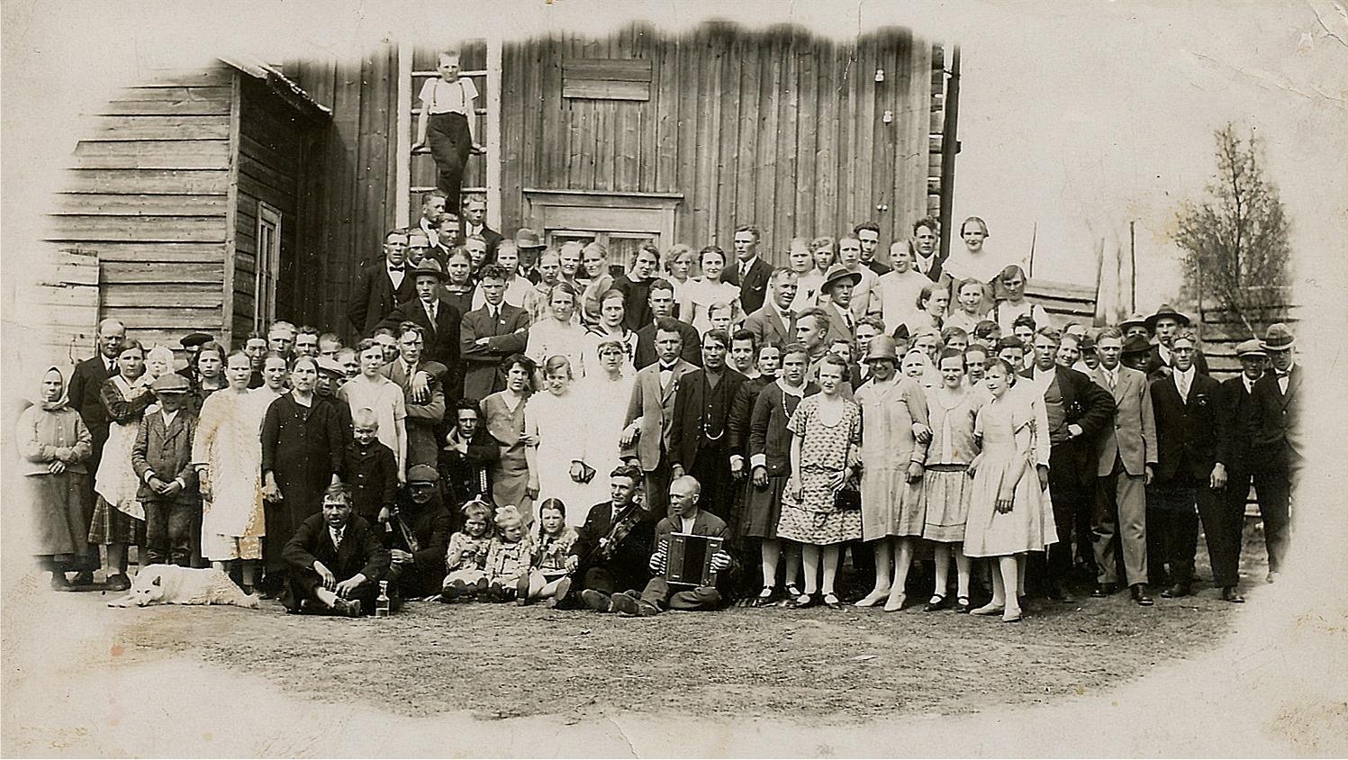 Det här fotot togs 1928 då Eero och Elna gifte i Kårk-Erk-Jåhanas gård i Palon. Kolla speciellt hur bra fotografen har lyckats fånga alla bröllopsgästerna på bild, till och med hunden nere till vänster har slagit sig till ro i väntan på fotografens knäpp.