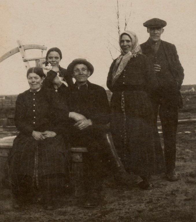 """Här sitter Vilhelmina och Josef Nygård med Jenny Sundblom bakom sig. Till höger står Erland och Amanda Lindqvist. Bakpå fotot från början på 20-talet så står det """"Där Brobergas"""".."""