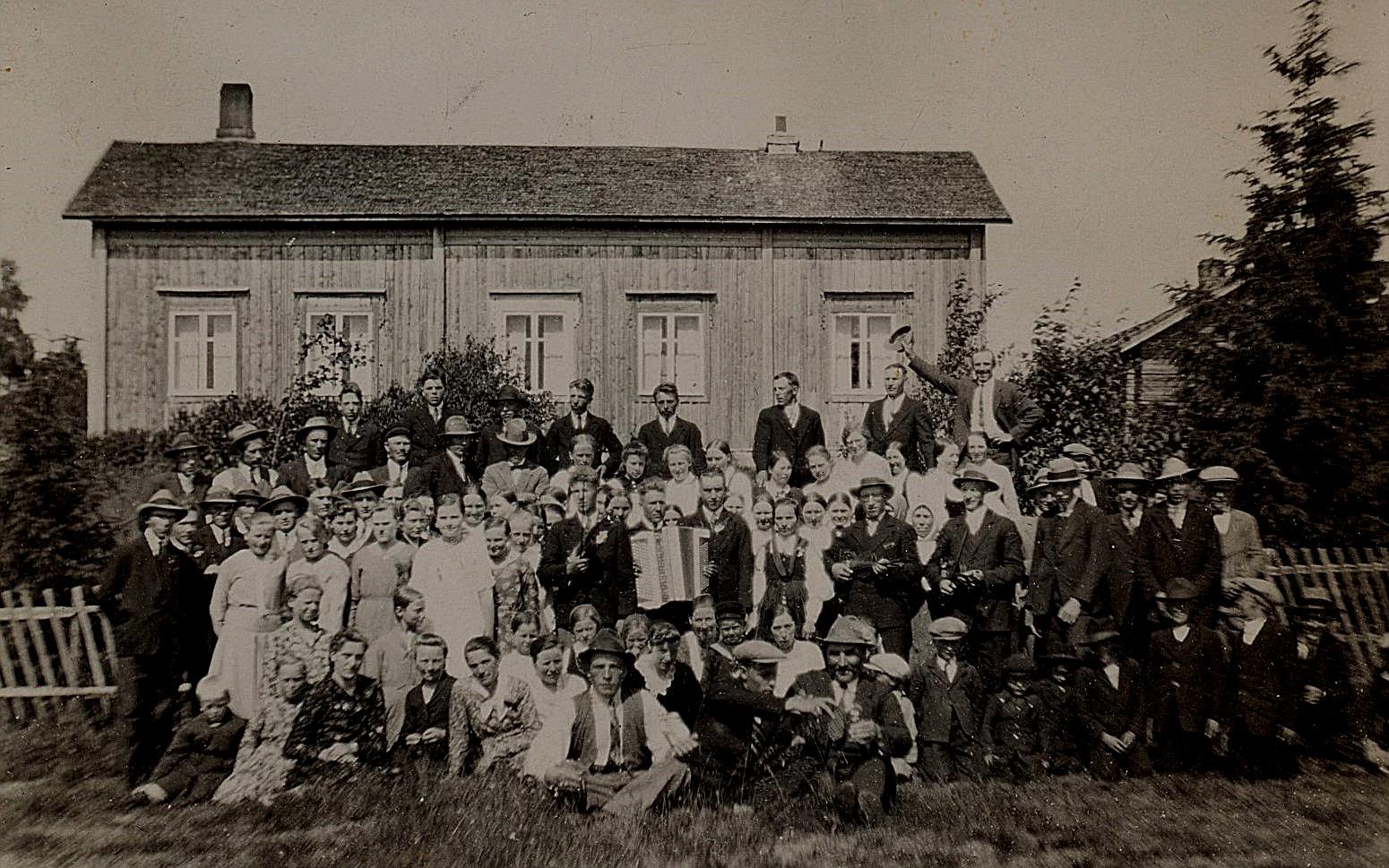 År 1931 gifte sig Hulda Nyholm med Emil Hammarberg och här alla gäster församlade till gruppfoto hos Leander Nyholm i Kvarnå.