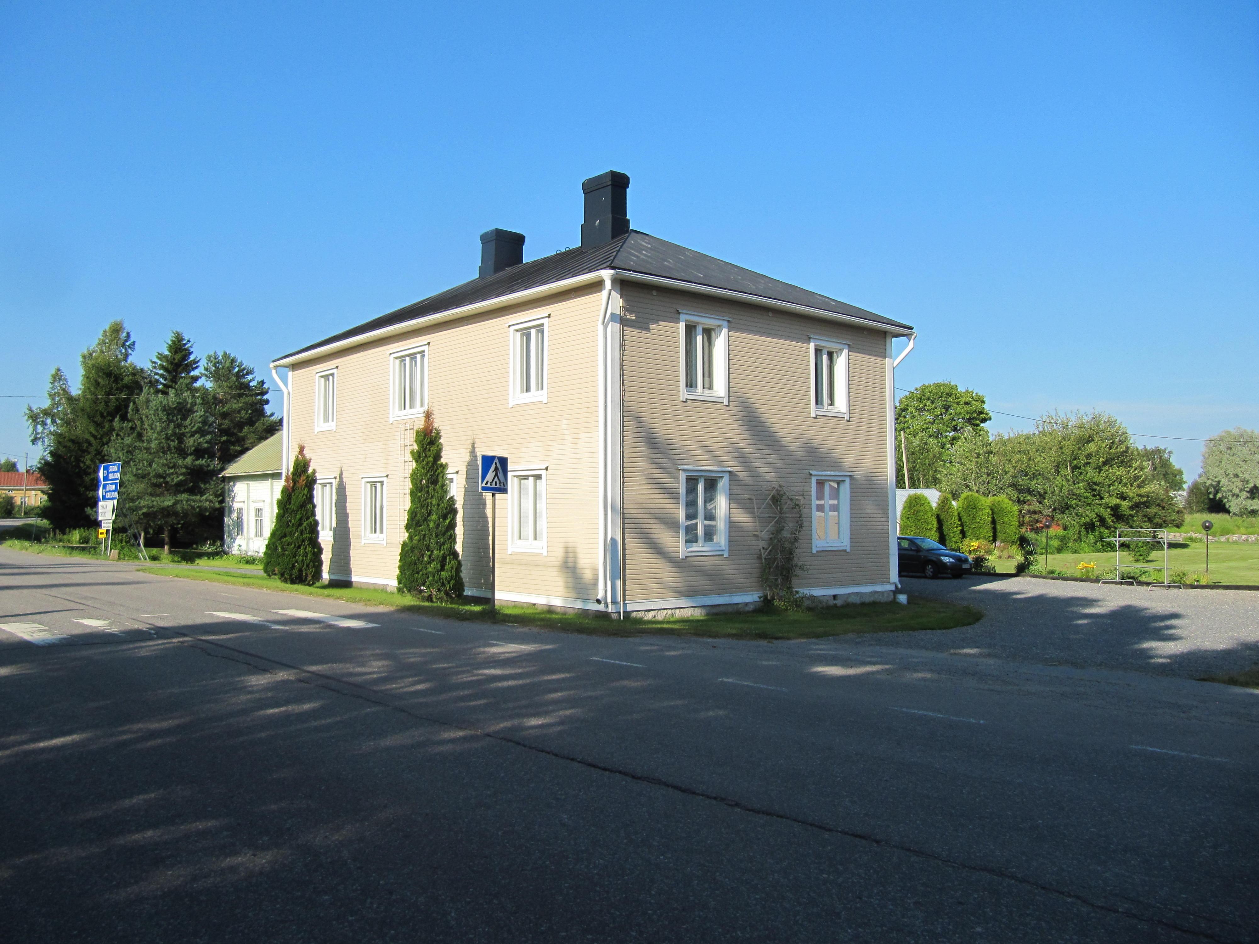 Hit till övre våningen på Hautaviitas gård nära Stenmanas kroken flyttade Hans Gullmes med sin familj och i nedre våningen verkade hans elinstallationsfirma Gullmes Elbyrå.