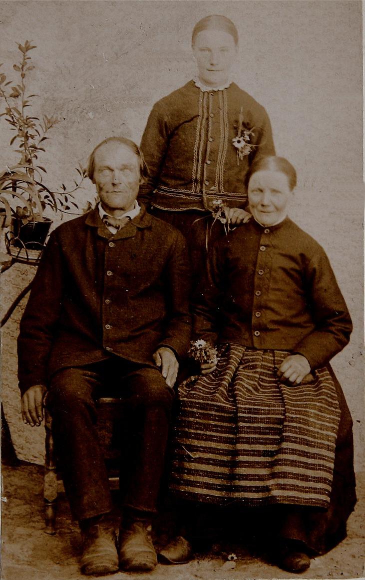"""På bilden sitter Johan Prunnila och Anna Greta och bakom står dottern Maria Wilhelmina, alltså """"Kionas-Mina"""" som sedan gifte sig med Ivar Söderholm. Följaktligen kallades han för Kionas-Ivar och han har fått en väg uppkallad efter sig på Bergåsen."""