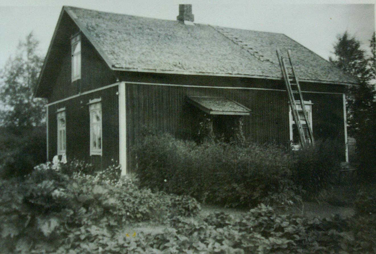 Från gårdssidan så såg gården ut så här, den som Erik Anders byggde i mitten av 1930-talet.