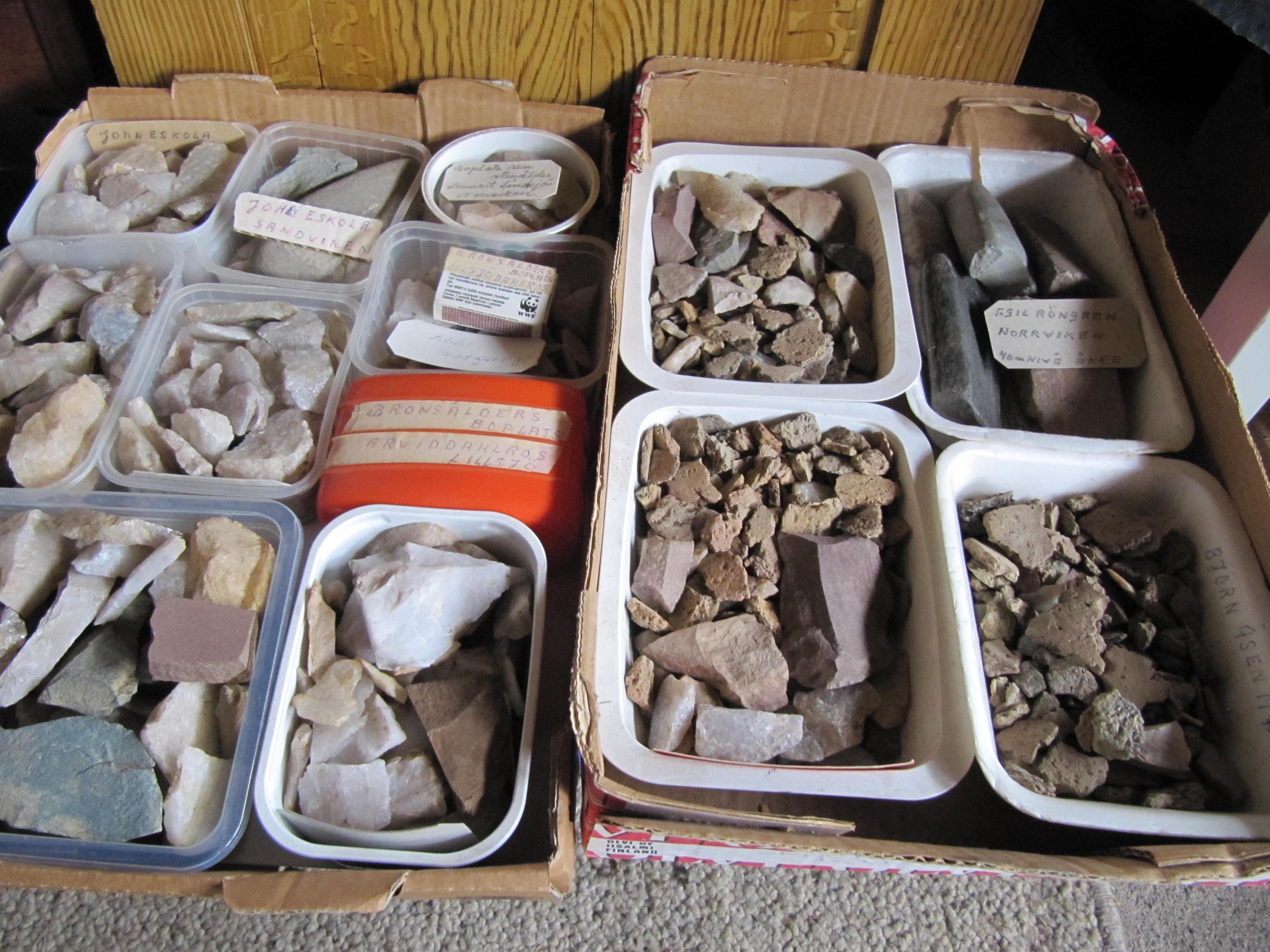 Amatörarkeologen Lars Ålgars har samlat på stenar under en lång tid och det är en mycket stor samling han har i sitt hem.