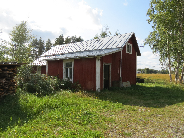 Huset fotograferat från gårdssidan. I bakgrunden skymtar Norrgårds nere på Dagsmarkvägen.