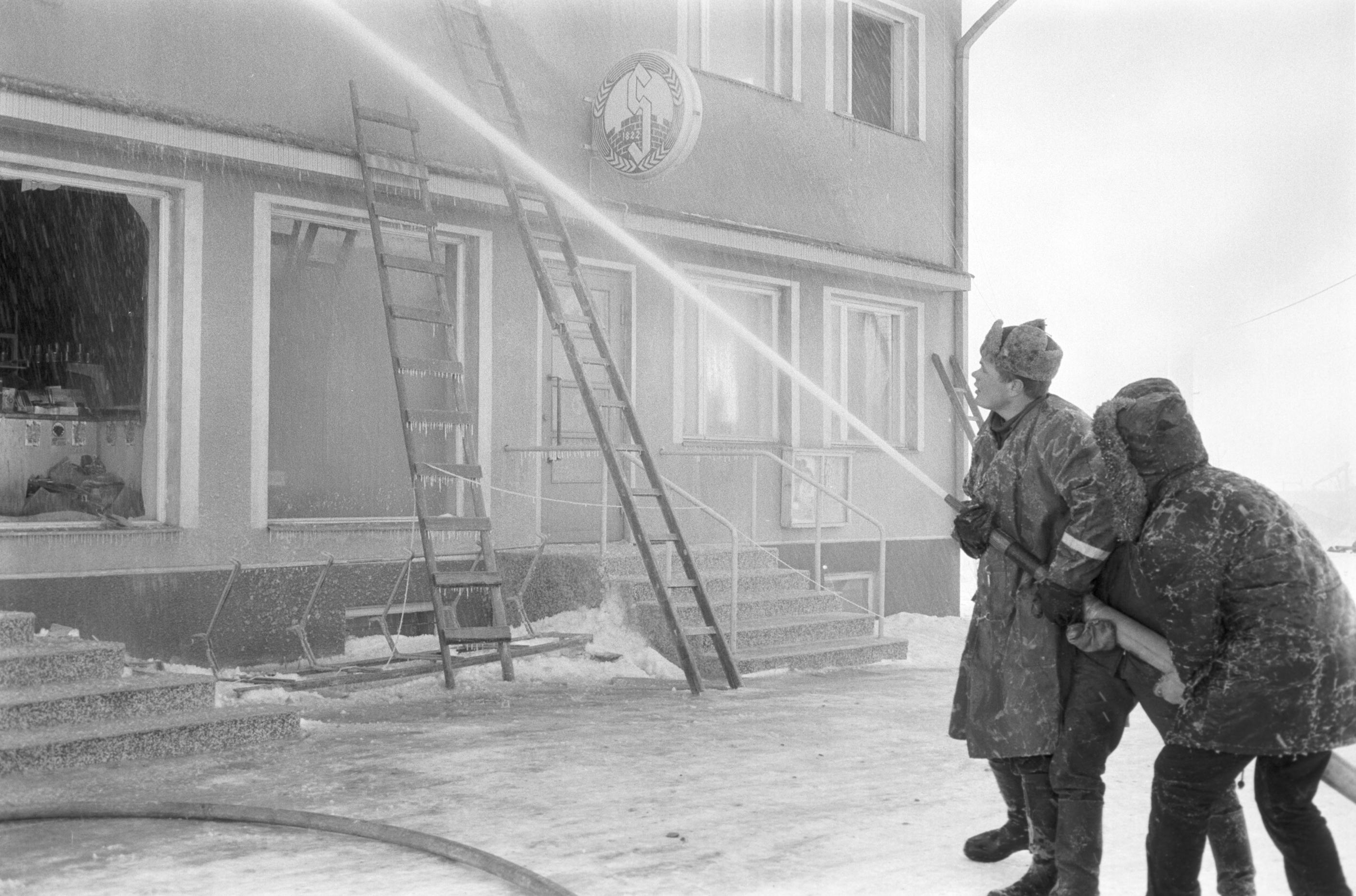 Brandkårssoldaterna från Lappfjärd hade ett svårt arbete att försöka släcka branden i den hårda kylan.