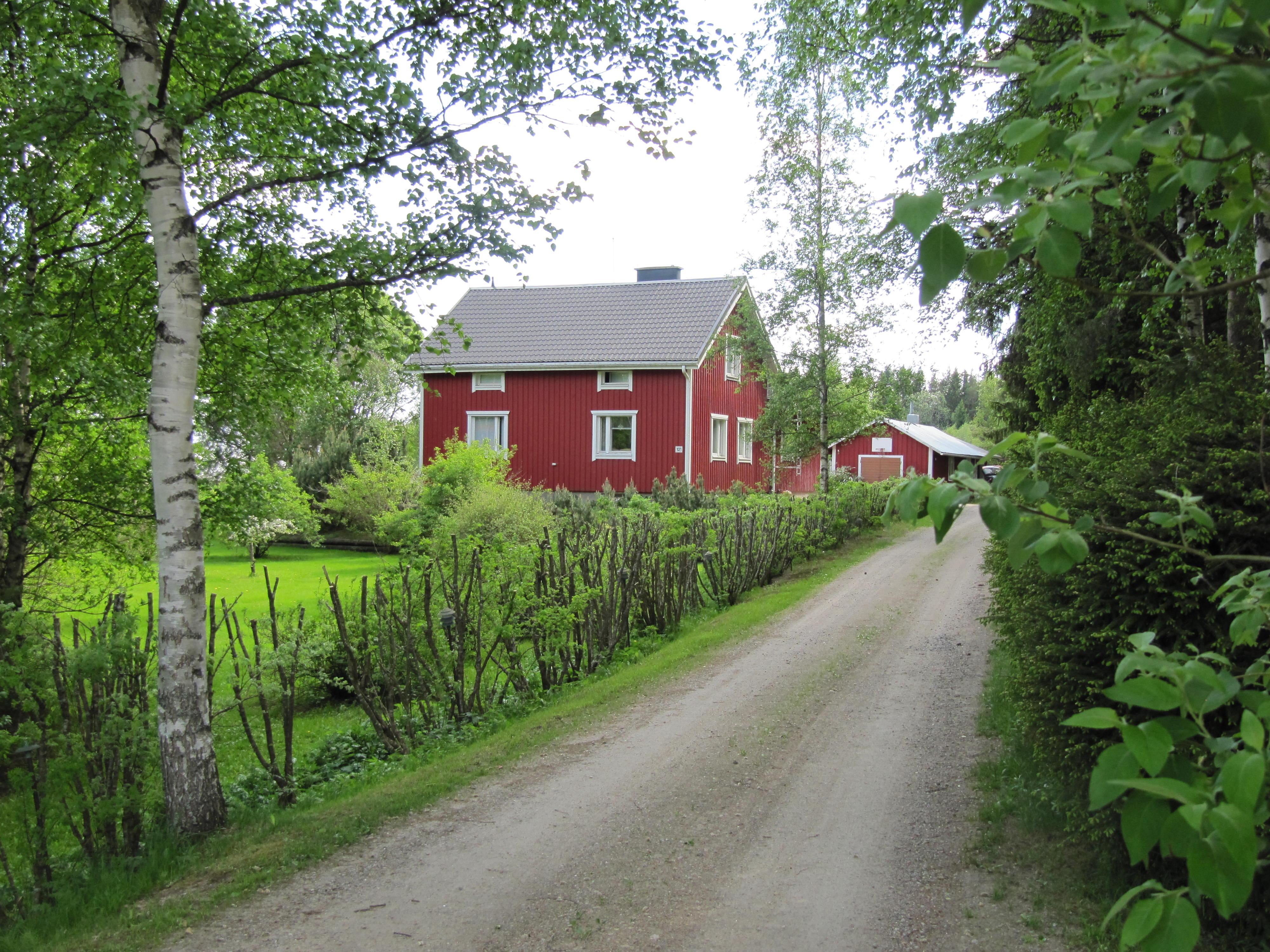 Lillgäls gård fotograferad från landsvägen, alltså från norr.