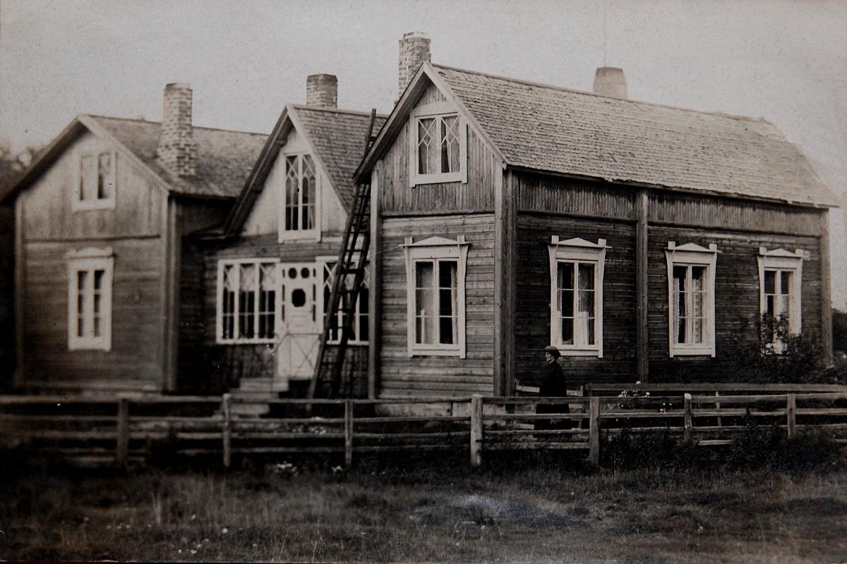 Lillsjöhuset brann 29.01 1931. Sträng köld. Brandorsak tros vara en spricka i karamellfabrikens skorsten.