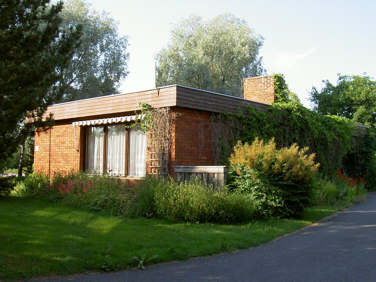 Alice Lindqvist som var med och byggde detta hus i mitten på 1970-talet är dotter till tidigare ägaren Erik Anders Rosengård.