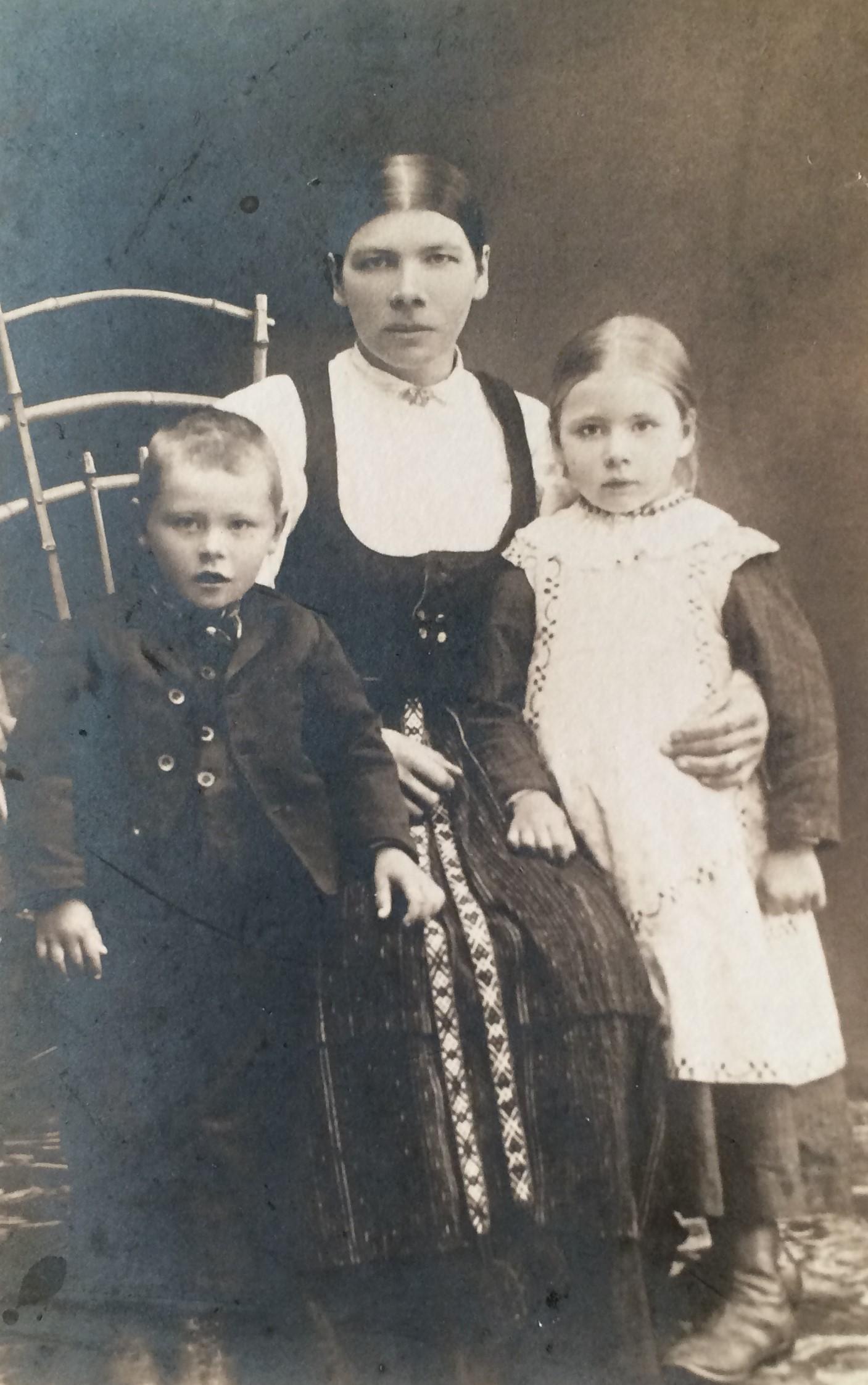 På fotot som är taget ungefär 1914 Maria Lång tillsammans med barnen Frans och Hulda.