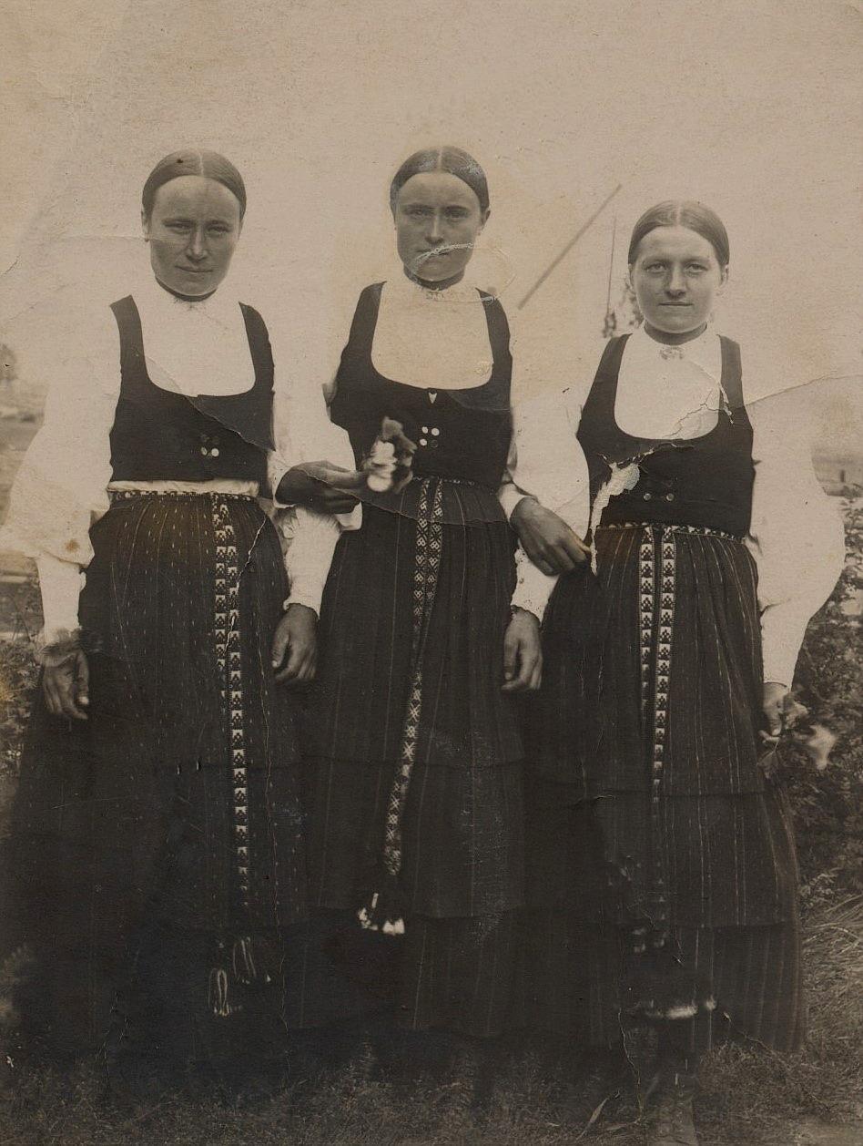 """Till vänster Maria Lång som var gift med handlanden J.H. Storkull, i mitten står Vilhelmina Lång som var gift med Erik Anders Rosengren och till höger Sofia Lång som var gift med Ivar Westerback. Vilhelmina och Sofia var halvsystrar till """"Koll""""- Marias far """"Kaalas-Hindrik""""."""