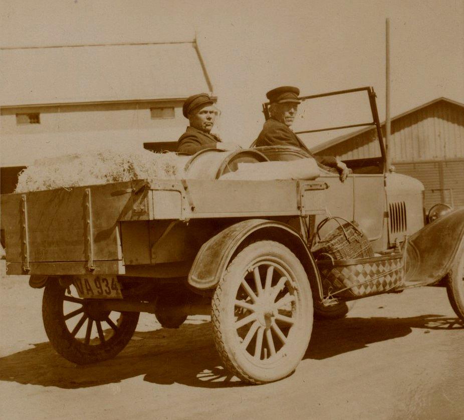 Wester hade på 1920-talet en butik i Pörtom och han hade till och med lastbil, en av de första i Pörtom. På bilden sitter den stolta Wester till vänster och på flaken har han en halmbal och ett oljefat.Notera korgarna på bilens sida.