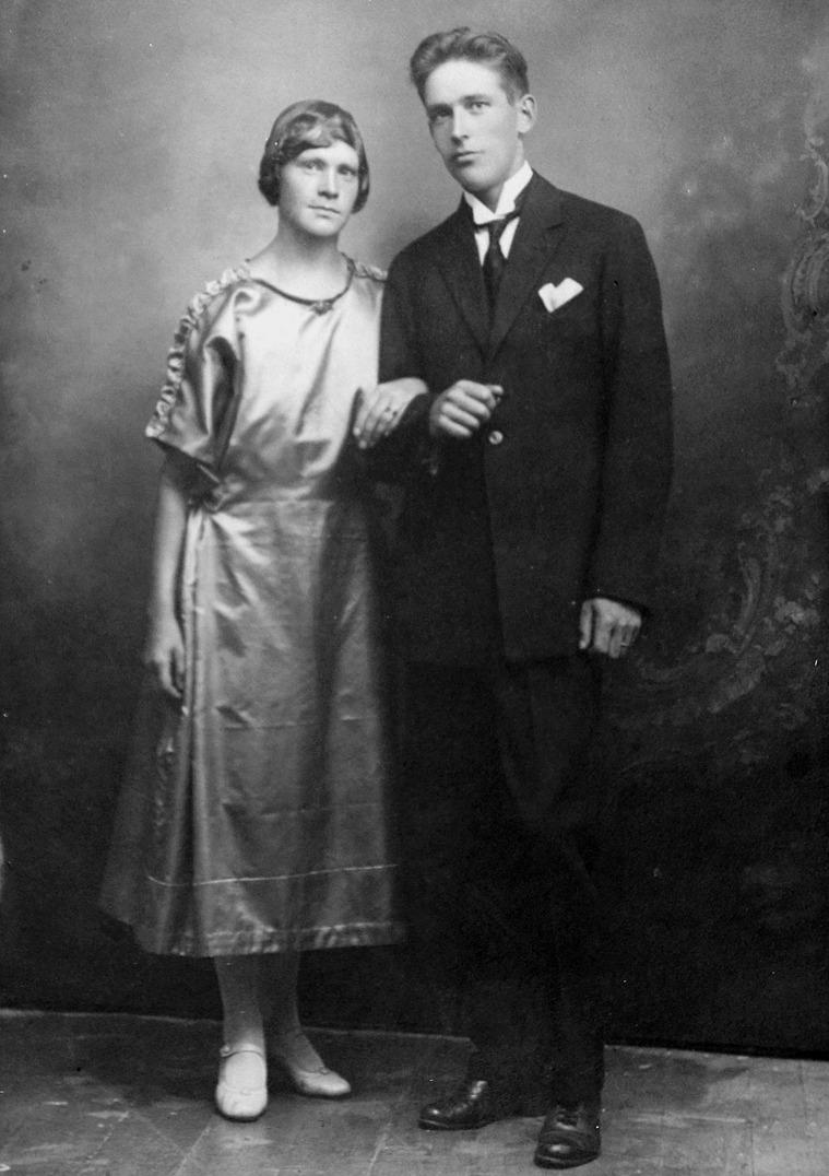 Det var år 1924 som Anna Lillsjö gifte sig med Karl Arne Weckström, som var född på Västra Långgatan i Kristinestad. Karl Arne var son till tulluppsynings-mannen Carl Alfred Weckström, f. 31.5 1871 i Kristinestad, d. 21.4 1934 och Anna Caisa Johansdr. Lillvik, f. 19.11 1872 i Vikbäck i Lappfjärd, d. 1939 i Kristinestad. Karl Arne hade syskonen Anna Helfrid, f. 1904, Runar, f. 1906, Åke f. 1909, Fridolf f. 1911, stupade 1941, Reinhold f. 1913 och Borghild f. 1916.