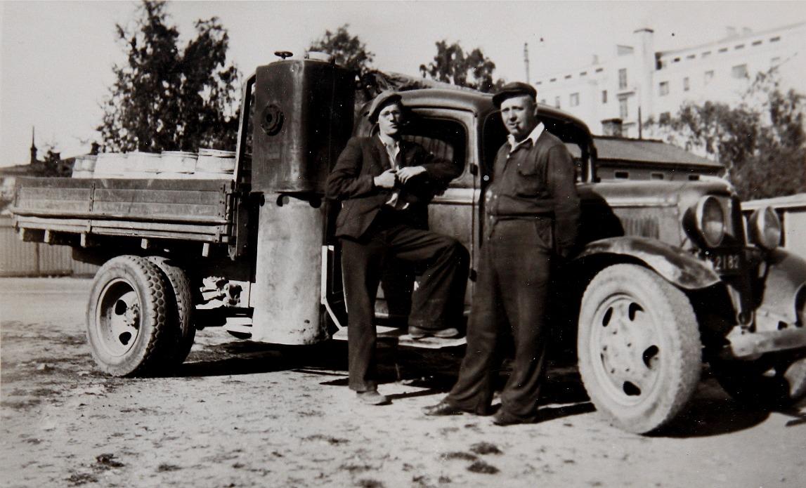 Till vänster Arne Weckström tillsammans med sin morbror Harald Lillsjö med en gengaslastbil på en handelsresa till någon större stad i Finland. Bilden är tagen under kriget i början på 1940-talet.