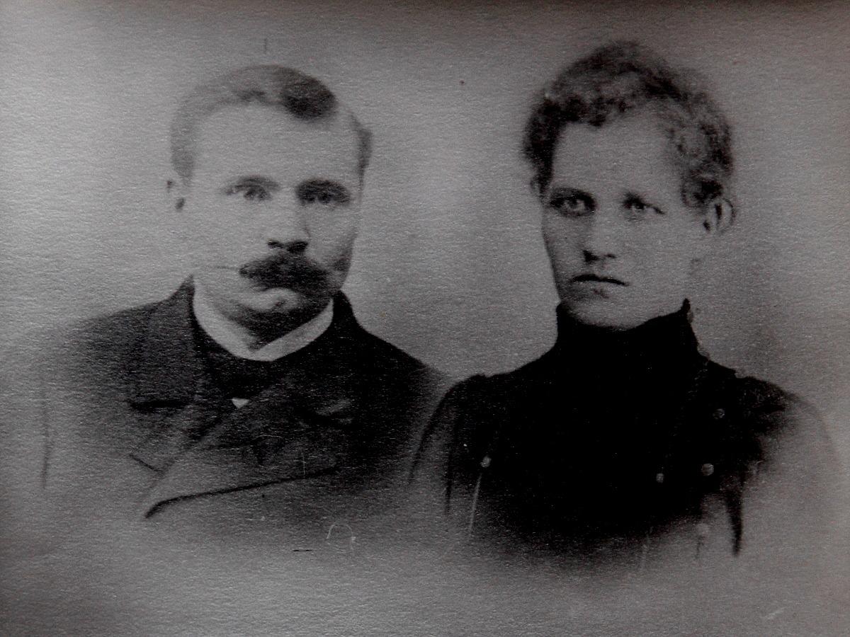 """På bilden """"Lillsjö-Bagarin"""" alltså Josef Henrik Lillsjö med sin hustru Sofia."""