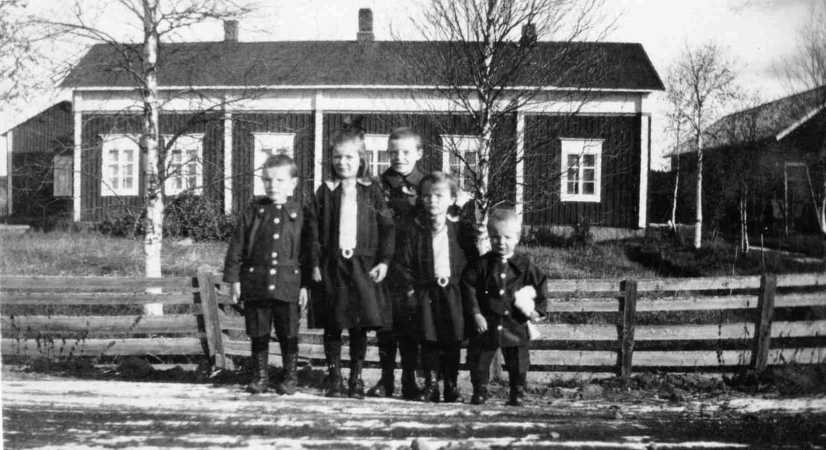 En del av Norrgårds barn på vägen framför deras hem.