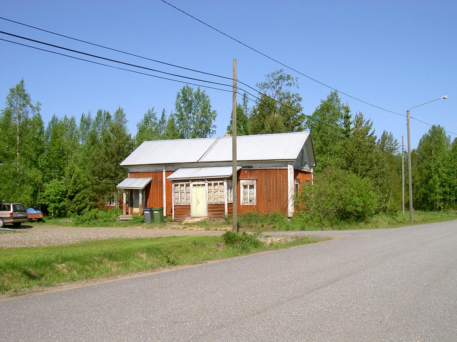 """Här """"Pelas-Gåbbinas"""" sytningsstuga som sedan blev Storkulls gård. Gården fotograferad från sydost år 2003."""