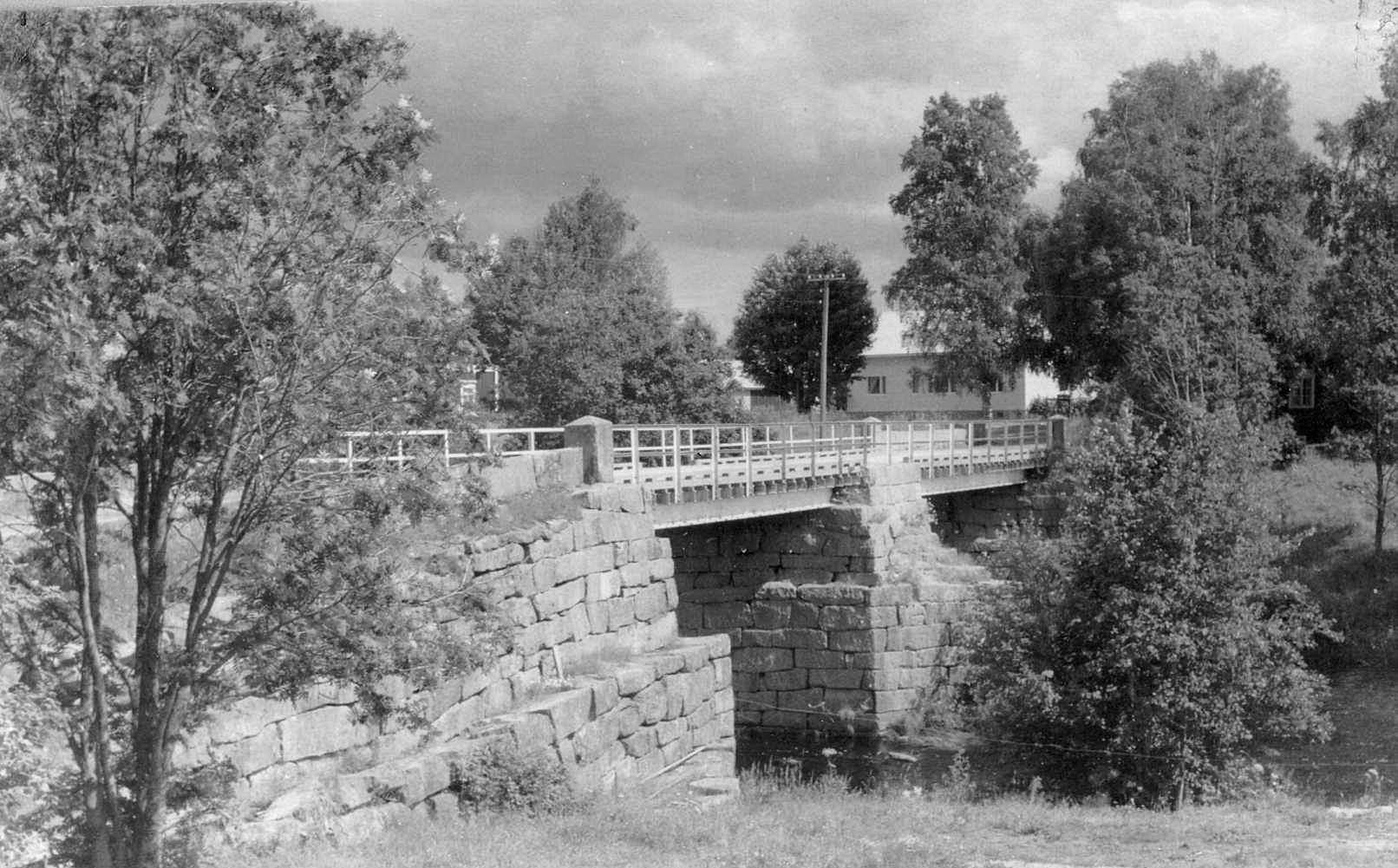 Det är beundransvärt hur fint stenarbete byggare kunde göra år 1855, då den nya bron skulle byggas i all hast.