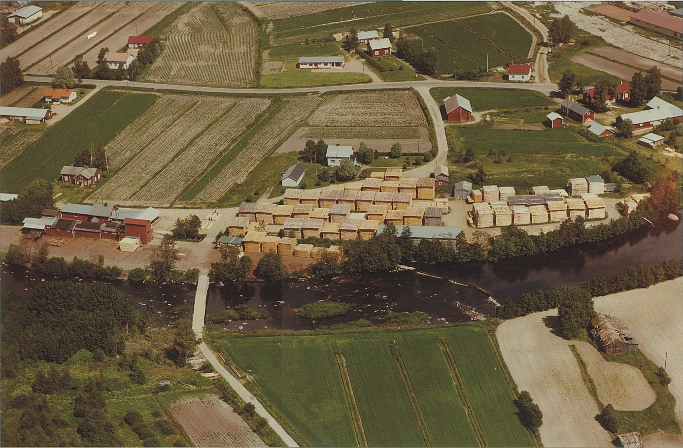 På denna fina flygbild så ser vi Klemets Såg, där den låg på stranden till Lappfjärd å i Klemetsändan.