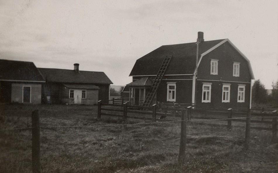 Här Storkulls gård efter att den blivit tillbyggd och renoverad, fotograferad från väster.
