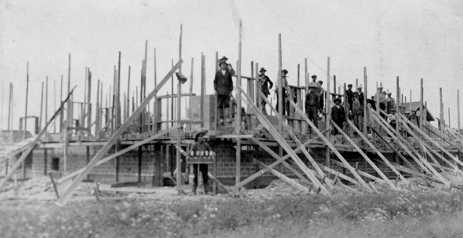 Det finns mycket litet dokumenterat från byggnadstiden men här vi att bygget framskridit så pass att byggnadsställningar har rests.