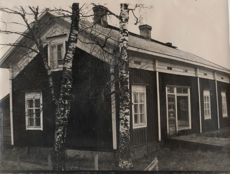 Det var hit till Noréns hus på Sebbasbackan, som Lappfjärds Andelshandel flyttade sin filial, då de hamnade att flytta bort från Koll-boden.