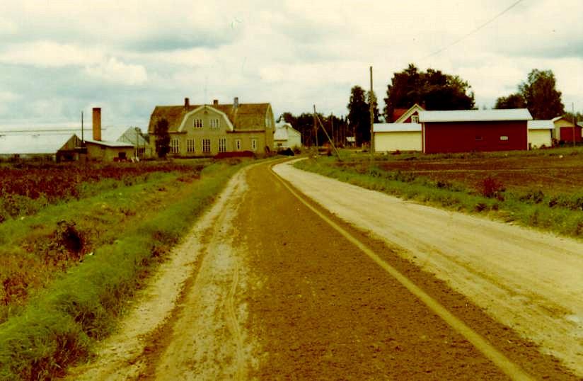 Ingmar Rosengårds bild från september 1970. Till vänster Lars Ålgars växthus och till höger Boris Långfors potatislager.