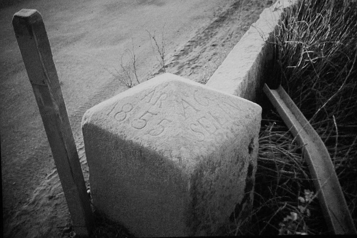 Det råder ingen tvekan om när bron är byggd. Den här stenen stod på den södra sidan av ån och på den östra sidan av bron och den finns nu uppbevarad på Vägverkets vägmuseum. Foto: John Hammarberg.