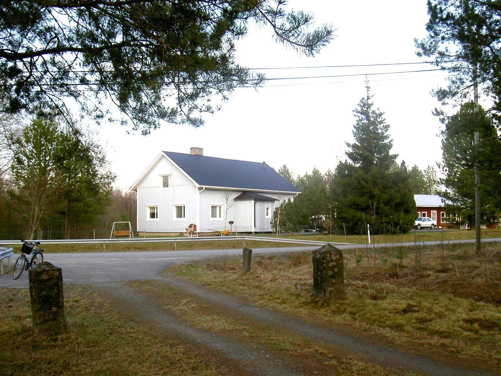 Nu har huset nya ägare som inte är släkt med varken Pelas-Viktor eller Löfgrenas Karl. Den här bilden från 2003 är tagen från grinden till bönhuset.