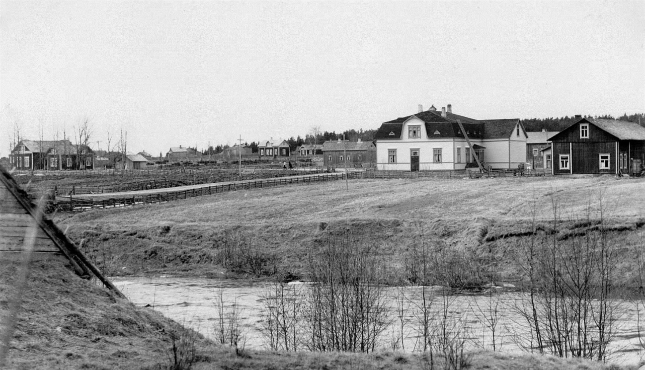 Så här såg Koll-boden ut sett från Brobackhållet. I vänstra kanten syns ungdomsföreningens hus Majbo och mitt i bild Lill-Skräddarinas, där Hildur Andersson, senare Ahlmark växte upp. I högra kanten syns affärens magasin med bostaden i ändan där bland annat Marias far Kaalas-Hindrik bodde en tid.