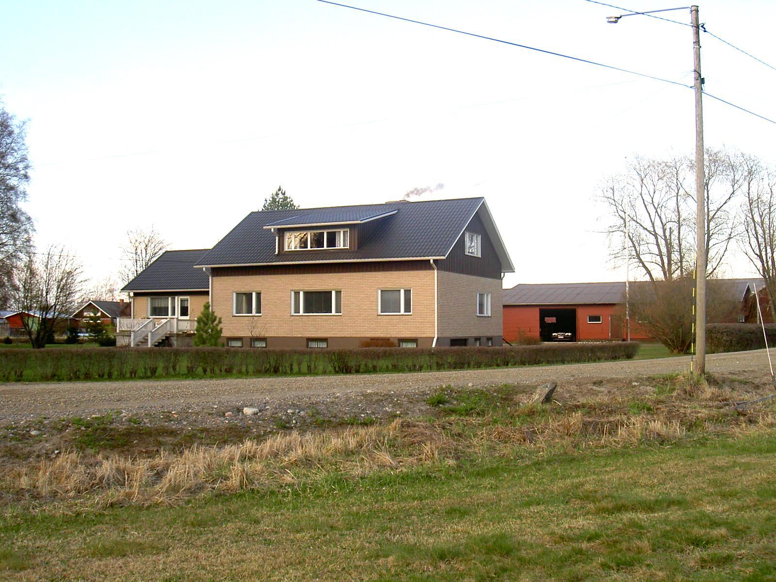 Den gamla gården revs någon gång på 60-talet och då byggdes den nya gården som fortfarande står kvar. Fotot från år 2003 är taget från söder.