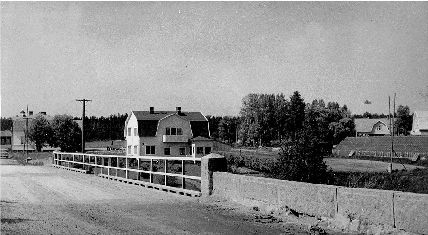 På den här bilden av Storbron syns lite av Långkvists lillstuga i den vänstra kanten, sedan Nelsons butik och mitt i bild Erik och Selma Anderssons speciella hus. I högra kanten syns Karl Hammarberg växthus och bakom det taket på Krook Erlands hus och i den högra kanten syns lite av Dagsmark Mejeri. Men notera hur välgjort stenplanket på Storbron är gjort av huggen sten.