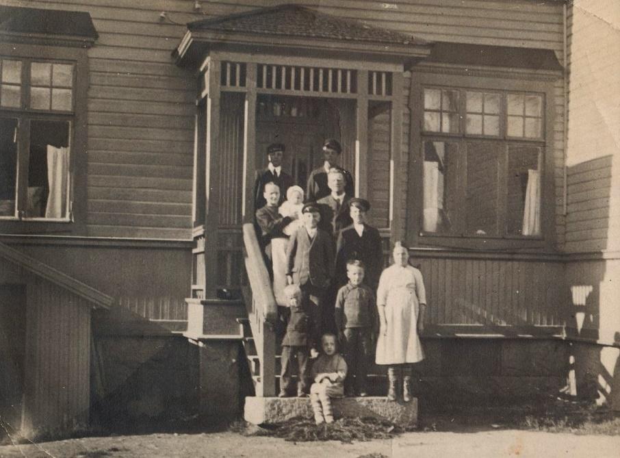 Här på trappan till bostaden står hela familjen J.H Storkull och till och med pigan Tilda är med, hon står längst till höger. Fotot från 1920.