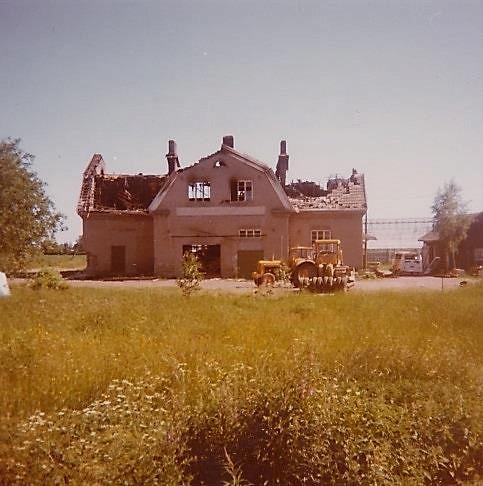 Efter branden i juni 1977 så ser vi att huset är totalförstört och färdigt att rivas.