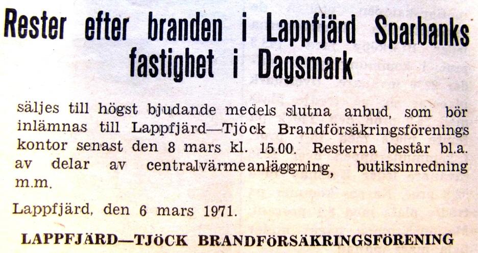 Försäkringsbolaget erbjuder brandresterna i en annons i Syd-Österbotten. Affärsmannen Ture Mäkelä köpte varulagret och sålde ut en del av det brand- och rökskadade varorna.