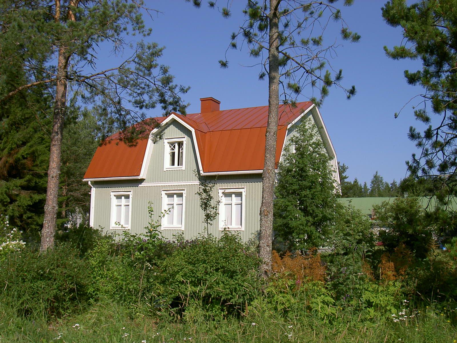 De nuvarande ägarna till Koll-gården har lyckats mycket bra med renoveringen och den smälter bra in i miljön. Bilden från år 2003 är tagen från öster.
