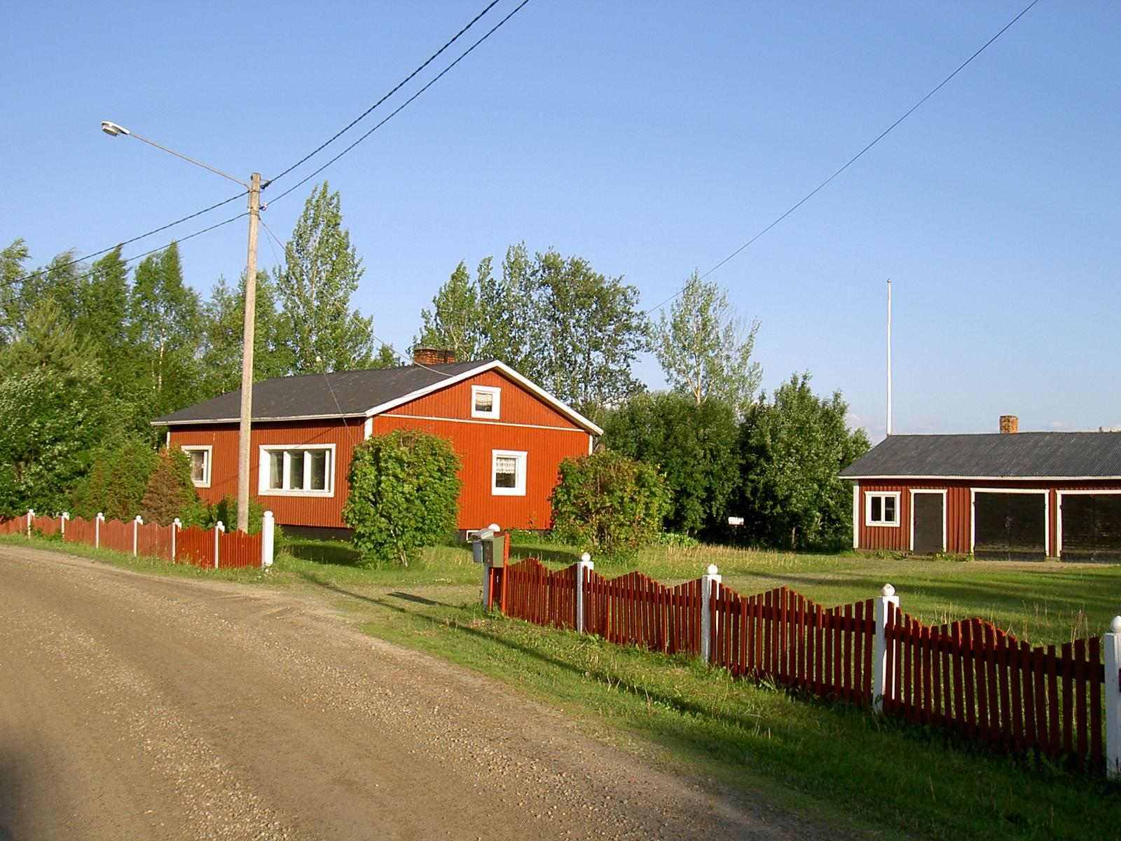 Så här såg det ut på det ställe där Lillsjö-Mattasinas hus stod i tiderna. Fotot taget från väster år 2003.