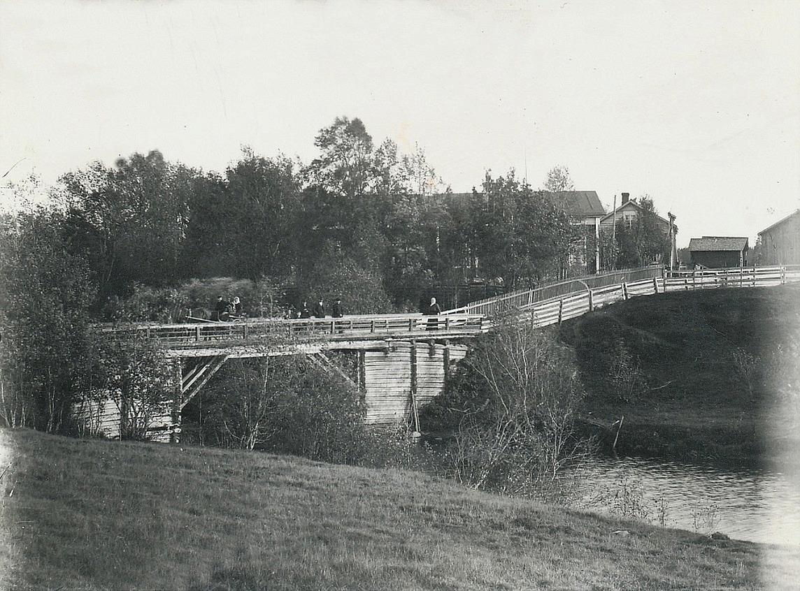 Så här såg Lillbron ut i början på 1900-talet, på ungefär samma ställe som den nuvarande bron. I bakgrunden syns Lillkulls ståtliga bondgård. I början på 1930-talet byggdes en ny bro med kistor av sten och nu anlitades välkända brobyggare från Vanhakylä.