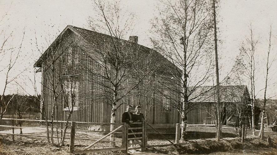 På det här fotot från början på 50-talet står Jenny Söderholm tillsammans med sin syster Märta som år 1935 hade gift sig med Runar Rosengård.