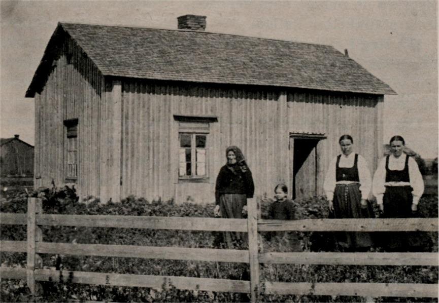 """På bilden """"Mokkelinas"""" Gustav Långfors´ stuga på A-Sidon, där han under 1800-talets två sista decennier verkade som barnalärare. Foto: Viktor Nylund, ca 1909."""