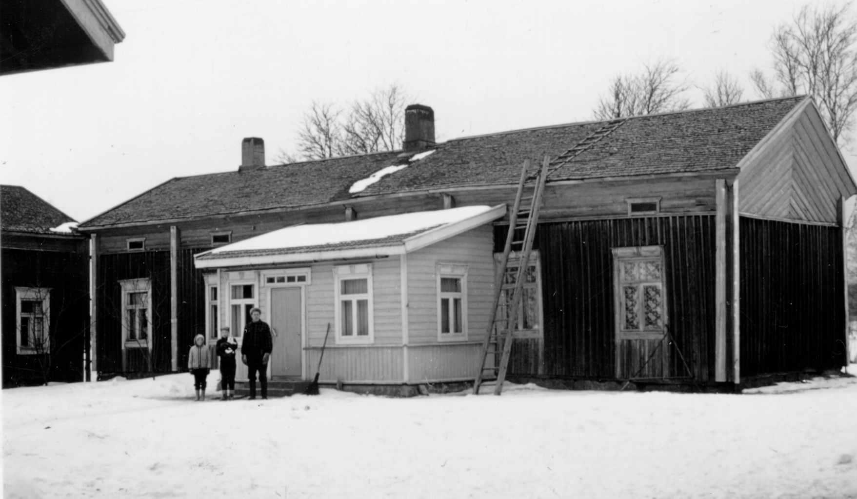 """Den här gården på Sunnantillvägen 59 byggdes av Erik Henrik Lillkull men övertogs av systern Anna Lena och hennes man Matts, som var född i Lappfjärd. Gården övertogs sedan av deras son """"Pelas-Josip"""" Josef (1851-1917) och sedan av Josefs son """"Pelas-Jåhan"""" Johan Lillkull (1884-1957) och sedan av """"Pelas-Kal"""" Karl Lillkull (1923-1997)."""
